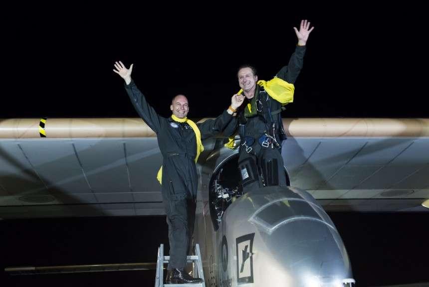 Bertand Piccard (à gauche) et André Borschberg, debout dans le cockpit où il a passé plus de 18 heures, juste après l'arrivée à l'aéroport JFK de New York dans la nuit du samedi 6 au dimanche 7 juillet. © Solar Impulse, Merz, Rezo.ch