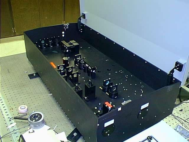 Les sources de paires de photons intriqués sont généralement des oscillateurs paramétriques optiques (OPO), comme celui-ci qui fonctionne dans l'infrarouge. Les OPO sont à la frontière de l'optique quantique et de l'optique non linéaire. Ils sont encore assez encombrants et les lasers qu'ils utilisent comme pompe à photons initiale restent coûteux. © Kkmurray, Wikipédia, cc by 3.0