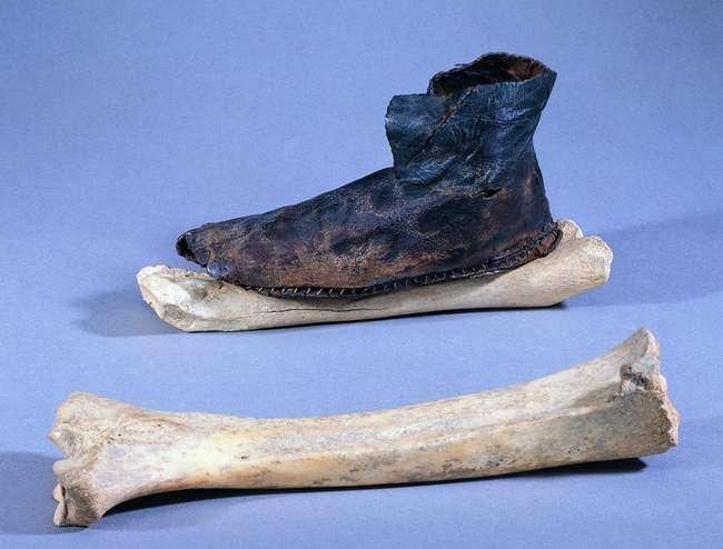 Une chaussure sur un patin à glace, datée du 11ème ou douzième siècle, conservée à Saint-Denis (Seine-Saint-Denis). © Jacques Mangin/Unité d'archéologie de la ville de Saint-Denis