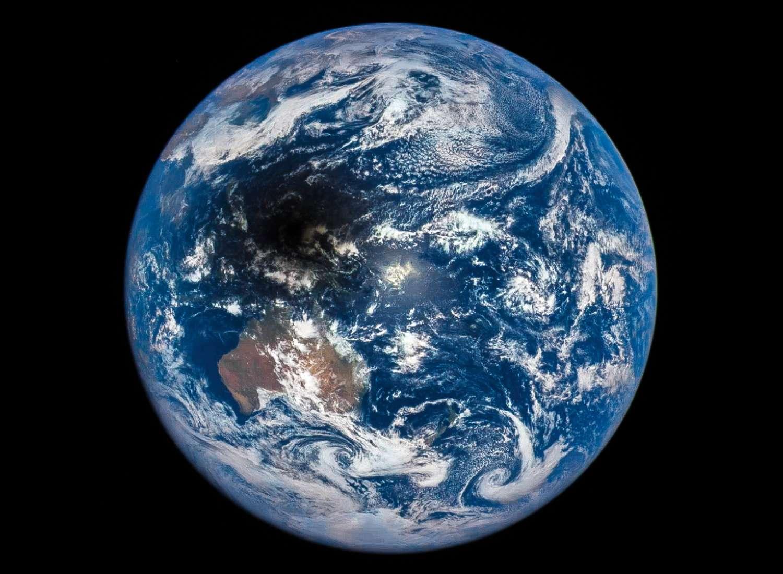 Une des 13 images qui composent la séquence de l'éclipse du Soleil du 9 mars 2016 observée par le satellite DSCOVR. La Terre est photographiée à travers les filtres, rouge, vert et bleu de la caméra Epic. © Nasa, NOAA