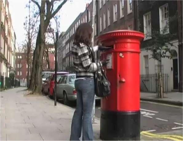 Vous regardez sur le site Futura-Sciences la photo d'une jeune femme glissant une enveloppe dans une boîte aux lettres de type britannique. C'est l'image d'une vidéo faisant partie d'une expérience scientifique sur la mémoire relatée dans l'article accompagnant la photo. Cette information et son contexte viennent de s'inscrire quelque part, pas loin du centre de votre cerveau, dans une structure en cornes appelée hippocampe... © UCL