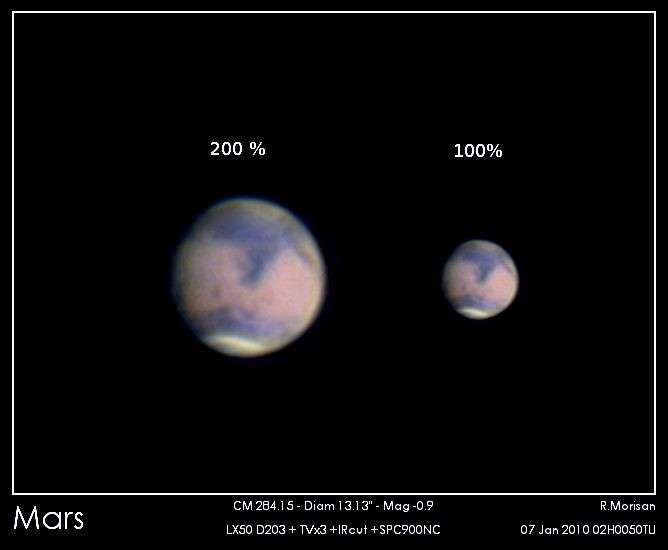 Cette image de l'astronome amateur R. Morisan a été réalisée le 7 janvier 2010 avec un télescope de seulement 20 centimètres de diamètre. La calotte polaire boréale est visible en bas du disque ainsi que quelques grandes formations comme Syrtis Major, une région sombre en forme de Y. Crédit R. Morisan