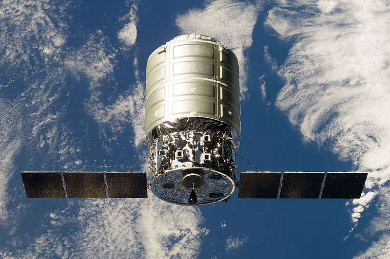 La capsule Cygnus, ici photographiée depuis l'ISS, fonce droit sur la Terre, voyage durant lequel elle devrait se désagréger, avant de terminer sa course au fond du Pacifique. © Nasa, Wikipédia, DP