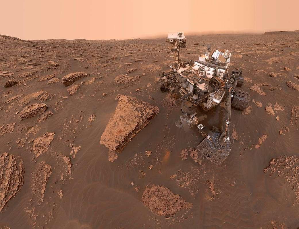 Le robot Curiosity dans le cratère de Gale, son lieu d'atterrissage le 5 août 2012. © Nasa