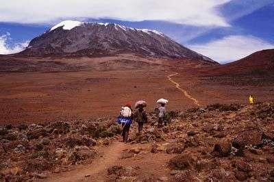 Ascension du Mont Kilimandjaro : porteurs.