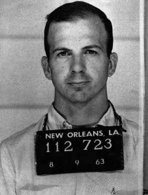 Lee Harvey Oswald photographié par la police de Dallas.