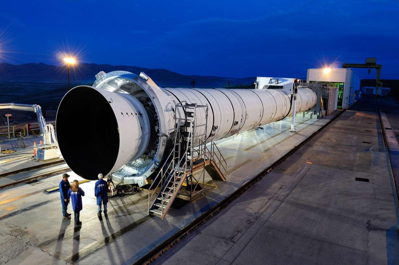 Cet étage à cinq segments est largement inspiré des boosters à poudre de la navette (4 segments). Il préfigure vraisemblablement l'étage d'un futur lanceur lourd. Crédit Nasa