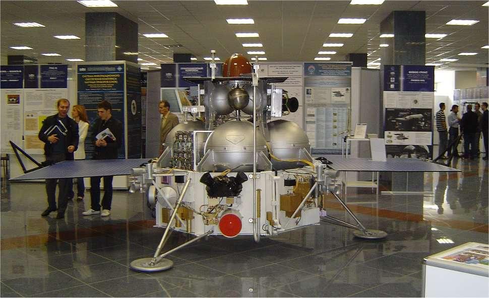 Maquette de Phobos-Grunt, présentée par le Cnes (Centre national d'études spatiales) qui a plusieurs expériences à bord. © Cnes