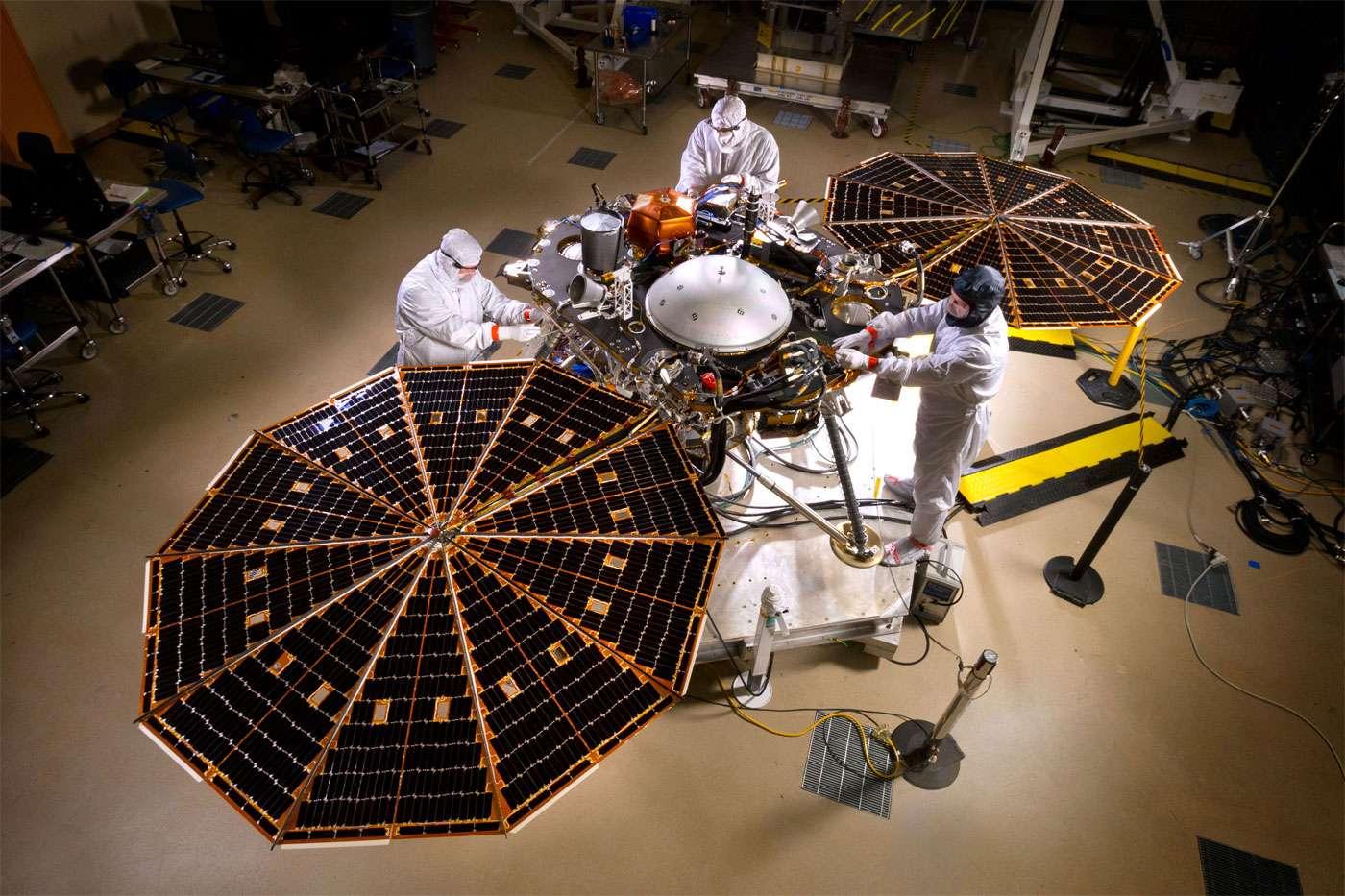 L'atterrisseur Insight avec en son centre l'enceinte qui abrite le sismomètre SEIS du Cnes. La décision de reporter le lancement de la sonde est logique. Il aurait été inutile d'envoyer sur Mars un instrument incapable d'acquérir des données avec le niveau de précision requis. © Nasa, Lockheed Martin