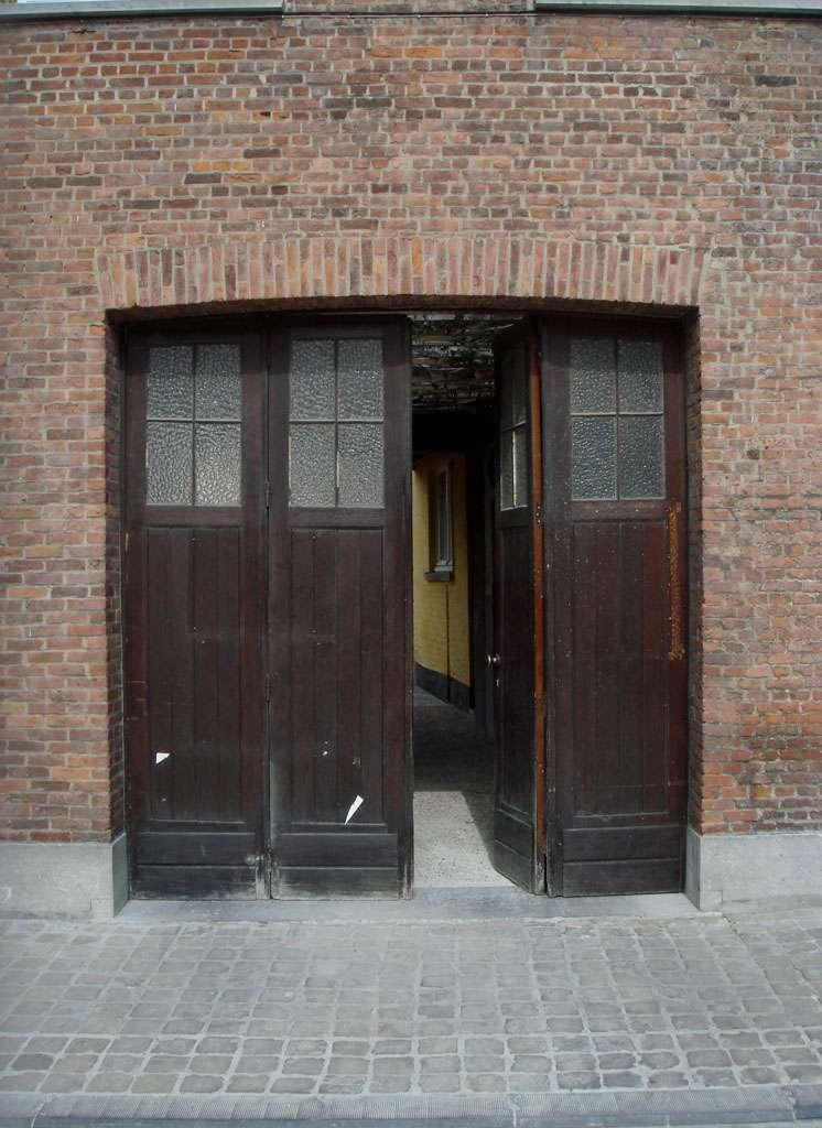 La porte de garage pliante, très pratique. © Jolyon_russ, Flickr, CC BY-SA 2.0