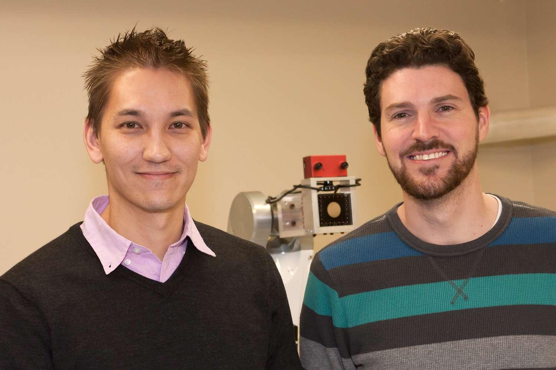 Kris Hauser (à gauche) et Casey Bennett sont les deux créateurs de ce robot médecin. Leur machine intégrera-t-elle un jour les hôpitaux ? © Avec l'aimable autorisation de l'université d'Indiana