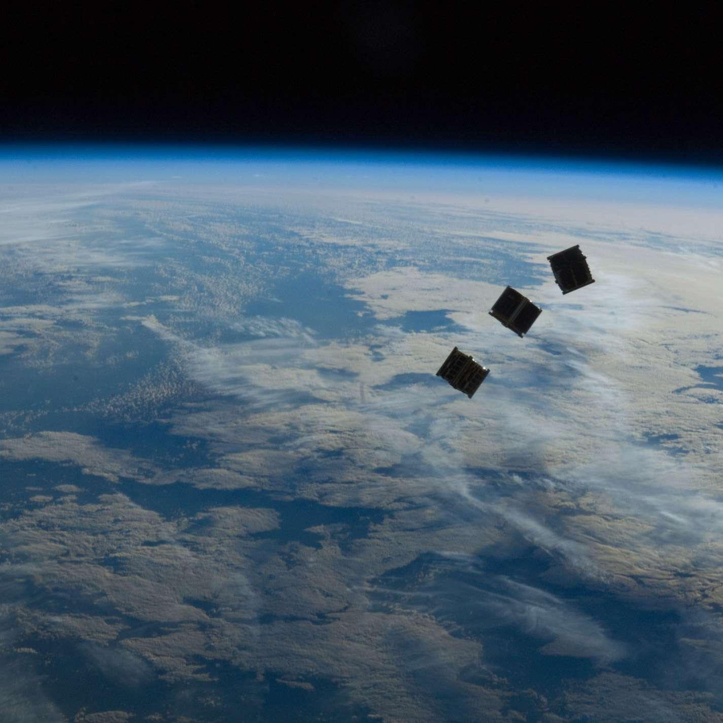 Trois CubeSat lancés depuis la Station spatiale internationale en octobre 2012. Media Development Investment Fund compte utiliser ces microsatellites pour fournir un service Internet global et gratuit. © Nasa