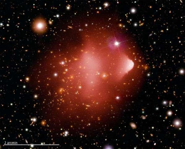 Une photo composite montrant l'amas galactique du Bullet cluster, situé à environ 3,8 milliards d'années-lumière de la Terre, réalisée à partir d'images de Chandra (rayons X), du télescope spatial Hubble et du télescope Magellan au Chili. Crédit : Nasa/CXC/CfA/M.Markevitch et al.