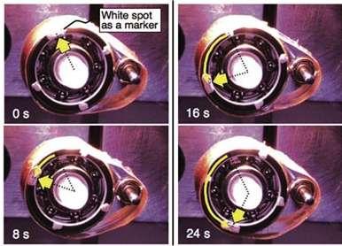 Quatre images montrant la rotation de la grande poulie. © Wiley-VCH Verlag