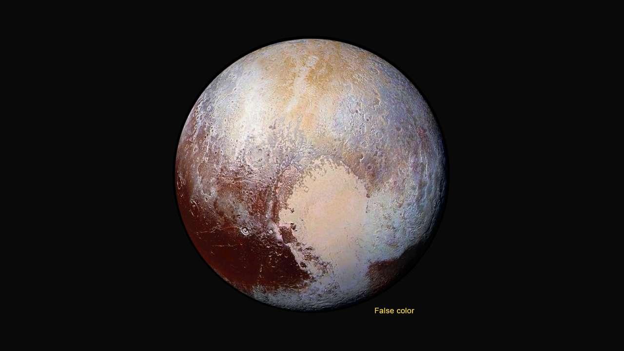 Quatre images de Lorri ont été superposées et combinées avec les données de l'instrument Ralph pour créer ce portrait de Pluton en fausses couleurs. New Horizons n'était alors, le 14 juillet 2015, qu'à 450.000 km de la surface de la planète naine. On peut observer des structures de 2,2 km au minimum. La tache jaunâtre qui s'étend au pôle trahit la présence de glace d'azote. Quant au Cœur, Tombaugh regio, ou région Tombaugh, on en distingue deux parties. Celle de gauche, à l'ouest, apparaît plus riche en glace de monoxyde de carbone tandis que celle de droite témoigne de présence de glace de méthane. © Nasa, JHUAPL, SwRI