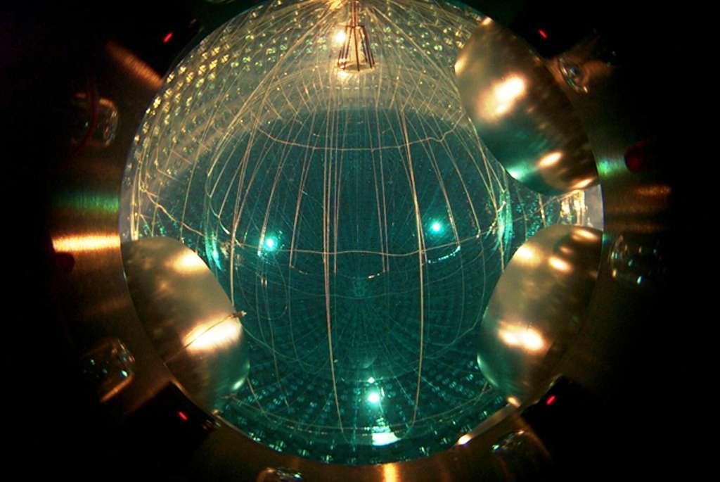 Une vue de la cuve de Borexino emplie de liquide scintillateur très pur pour éviter au maximum la présence d'éléments radioactifs contribuant au bruit de fond des neutrinos. © 2012 The Trustees of Princeton University