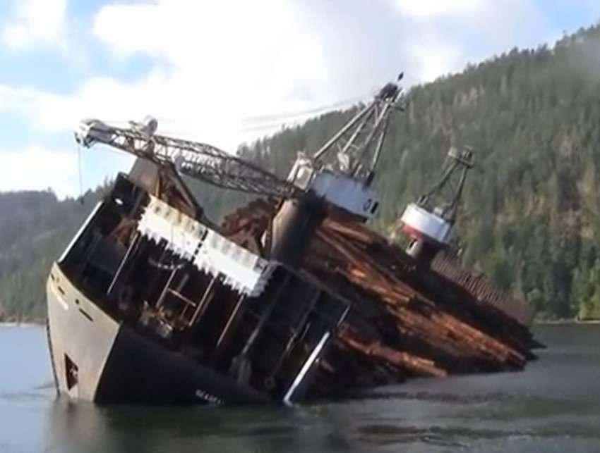 En Colombie-Britannique, au Canada, le bateau Seaspan Phoenix transporte et délivre du bois d'une manière très particulière. © Capture d'écran, Vitaly Petrukhin, YouTube