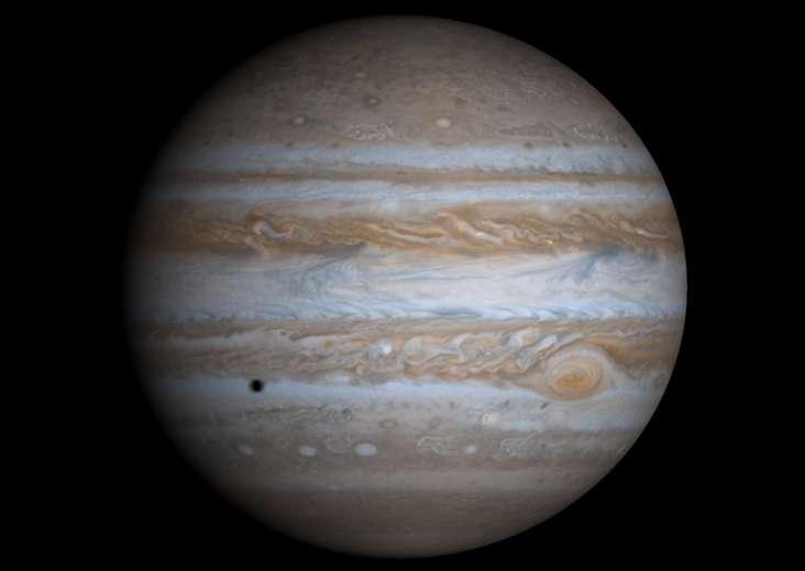 Jupiter, à côté de Tyché, serait sans doute une petite planète. Sur cet astre lointain, la chaleur interne pourrait, encore aujourd'hui, lui éviter d'être congelée. © Nasa/JPL/University of Arizona
