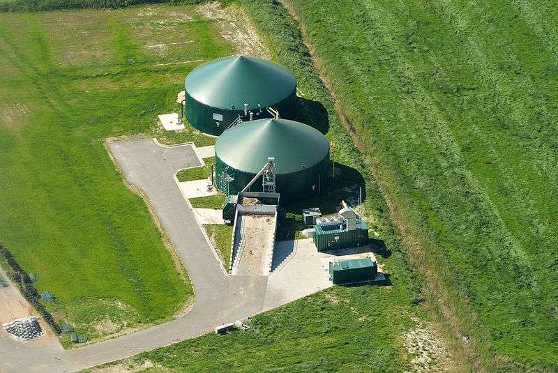 La méthanisation de la biomasse se déroule dans des méthaniseurs. Ils permettent une récupération efficace du biogaz produit. © Martina Nolte, Wikimedia Commons, cc by sa 3.0