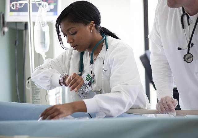La méningococcie provoquée par le méningocoque peut conduire à une méningite et à une septicémie. Le purpura fulminans nécessite alors une hospitalisation en urgence. © COD Newsroom, Flickr, CC by 2.0