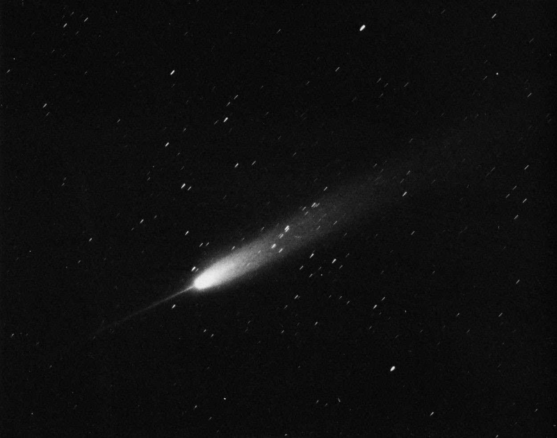 La comète Arend-Roland photographiée le 25 avril 1957 à l'Observatoire Lick. L'anti-queue à l'avant de la comète est particulièrement spectaculaire. Crédit University of California