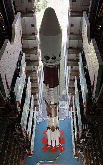 PSLV dans son bâtiment d'assemblage. Crédit ISRO