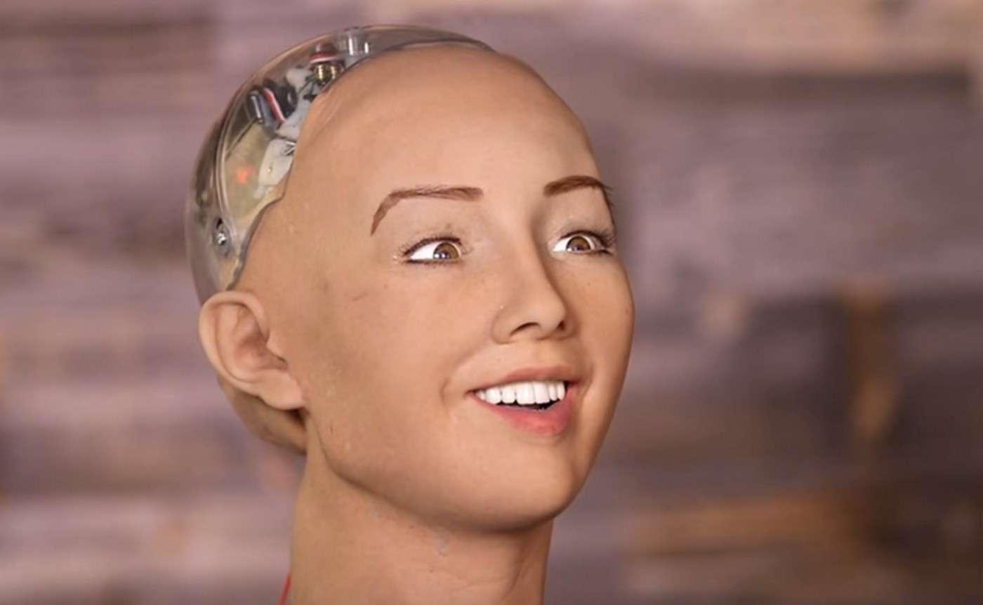 Mettez-lui une perruque pour cacher son crâne en plastique transparent et Sophia aura l'air d'une jeune femme tout à fait charmante. © CNBC, YouTube, Hanson Robotics