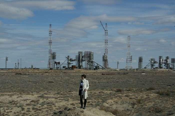Nathalie Pottier dans la steppe, devant le pas de tir des fusées russes. Crédit Nathalie Pottier
