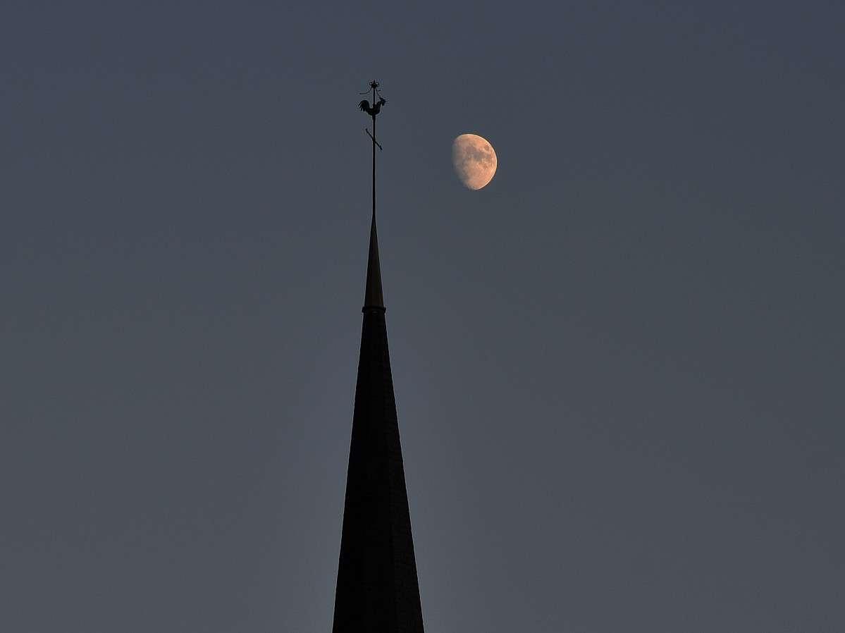 Ce soir observez la Lune gibbeuse si le ciel est clément ! © J.-B. Feldmann (http://montreurdimages.blogspot.com/)