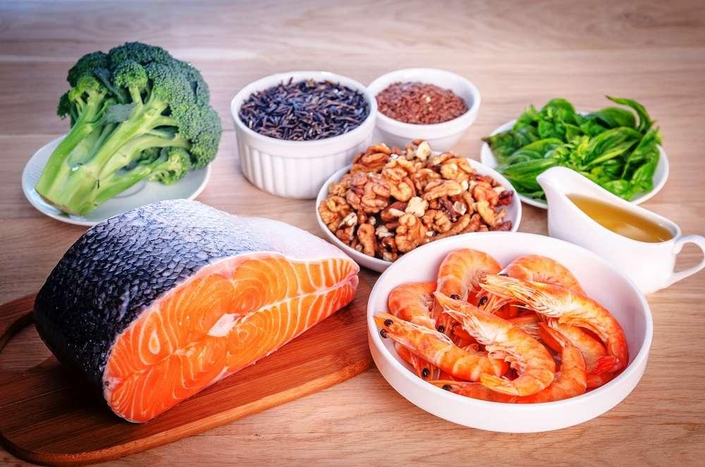 On trouve des oméga 3 en grande quantité dans les poissons gras (sardine, hareng maquereau, saumon....) ou dans les noix, le colza et le soja. © alexpro9500/shutterstock.com