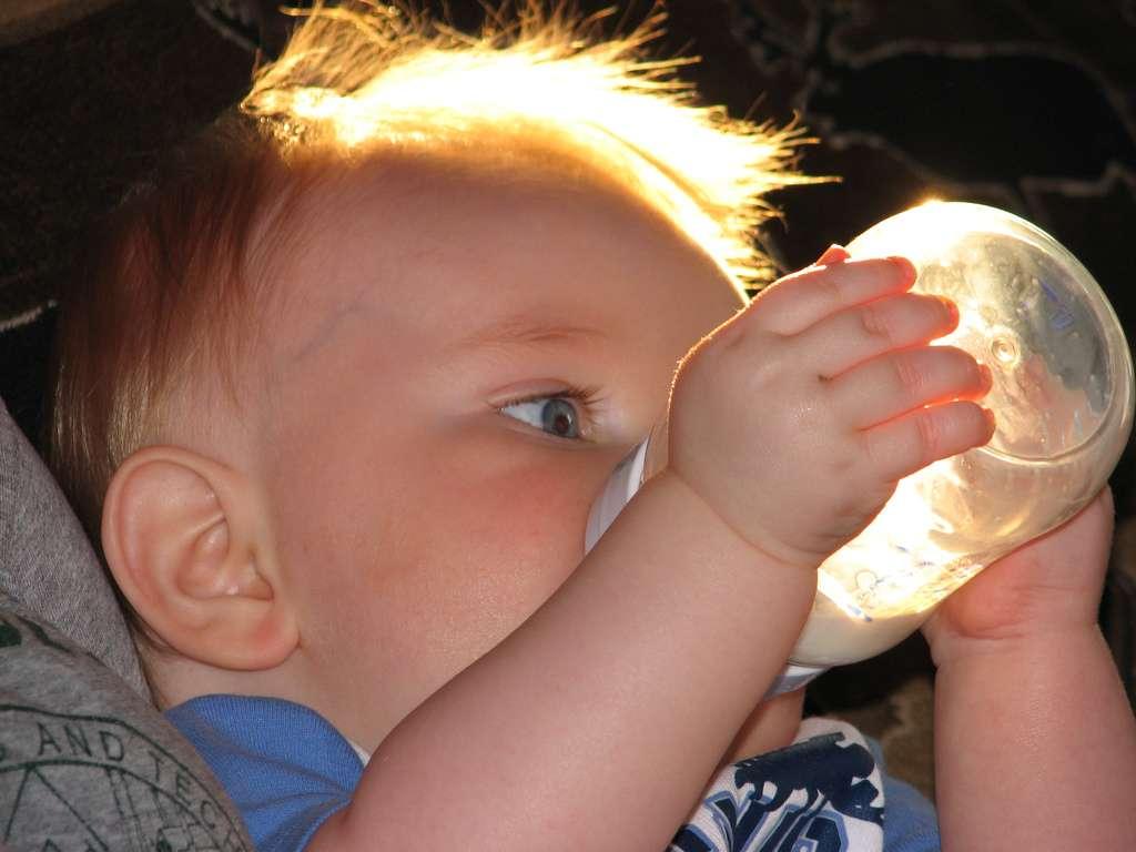 Les laits maternisés contiennent des doses d'aluminium importantes. Avant de céder à la panique, il convient de déterminer les risques pour la santé des nourrissons. © The Facey Family, Flickr, cc by nc sa 2.0