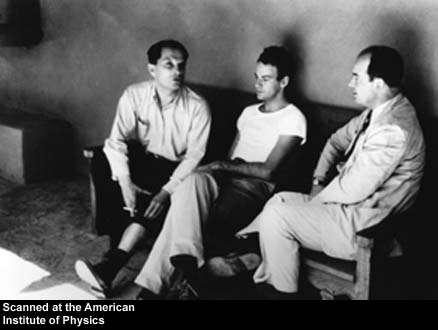 De gauche à droite, Stanislaw Ulam, Richard Feynman et John Von Neuman. C'est Feynman qui eut l'idée le premier d'utiliser une version quantique de l'ordinateur de Von Neumann pour réaliser des simulations de systèmes physiques. Ulam lui-même avait très tôt compris le pouvoir des ordinateurs pour faire des simulations numériques. Les trois génies sont ici en train de discuter à Los Alamos. Crédit : Emilio Segré Visual archives