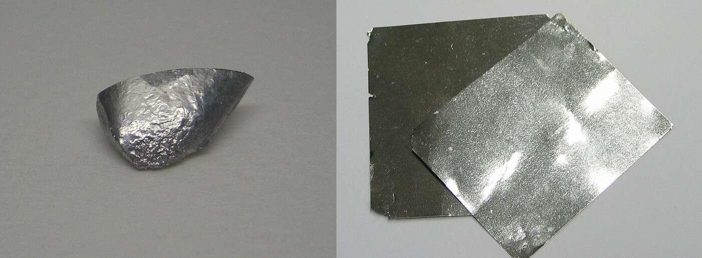 L'iridium est le deuxième élément le plus dense dans le tableau périodique des éléments derrière l'osmium. Ici, de l'iridium pur sous différentes formes (à droite des feuilles d'iridium). © W. Oelen, Wikimedia Commons, CC by-sa 3.0 et Dschwen, Wikimedia Commons, CC by-sa 3.0
