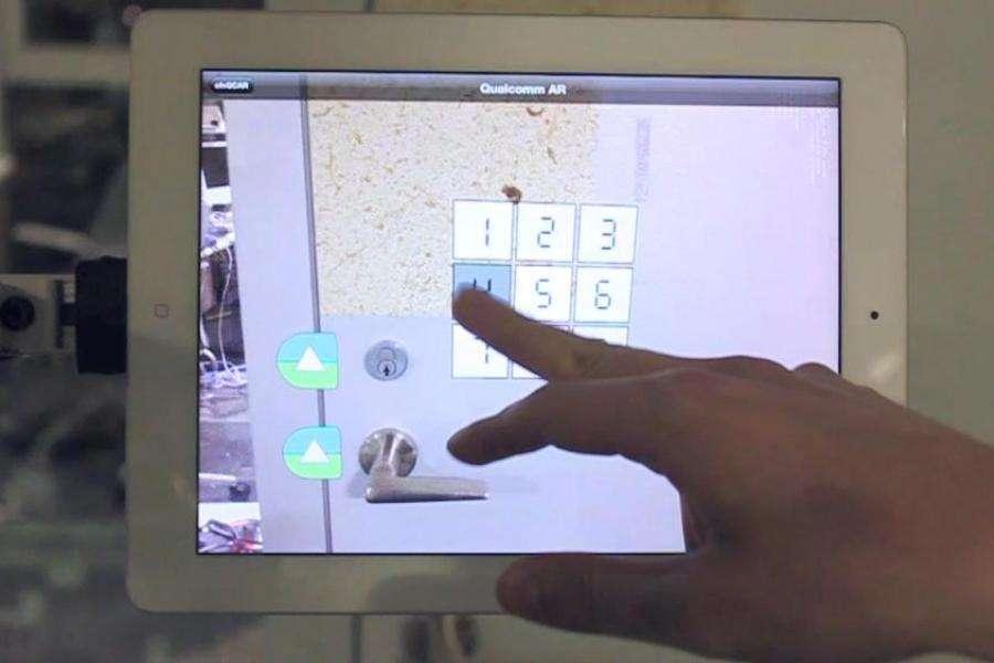 Dans cet exemple, Smarter Object est utilisé pour sécuriser l'ouverture d'une porte. Un pavé numérique projeté en réalité augmentée permet de composer le code qui va déverrouiller la porte. © Fluid Interfaces Group, MIT Media Lab