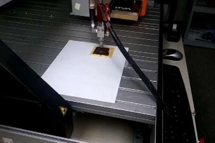 Du chocolat imprimé en 3D sur un gâteau