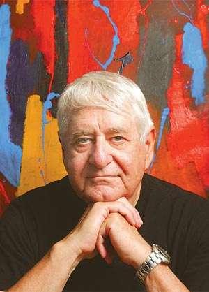 John Moffat, âgé de 72 ans, devant un de ses tableaux. Crédit : The Record 2005
