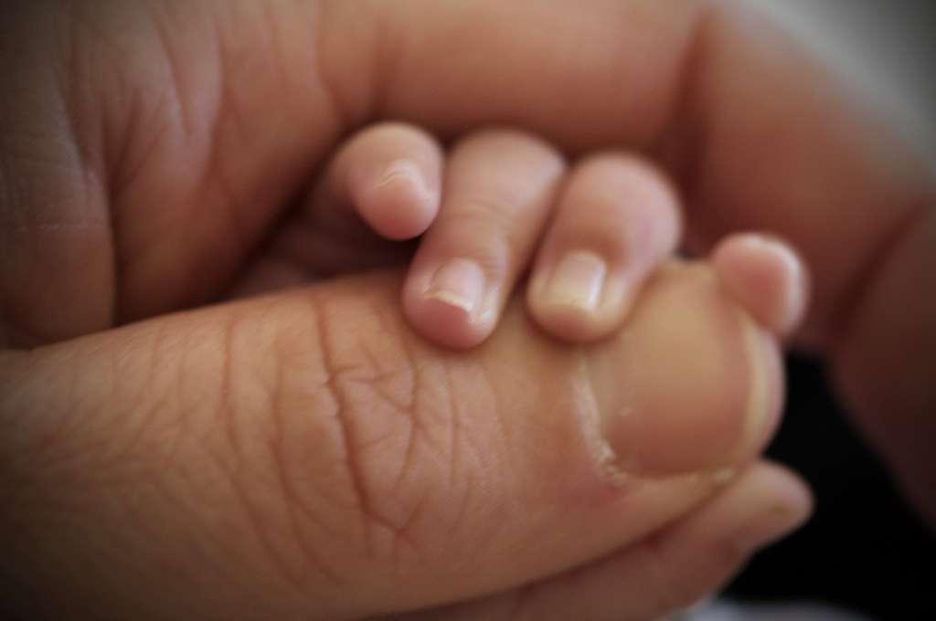 Les hommes ont en général besoin de stabilité avant d'accepter l'idée d'être père. Or le véritable amour leur procure peut-être l'assurance que ce prérequis sera rempli et donc ils regardent avec plus d'attention (et peut-être plus d'envie) les bébés qu'ils croisent. © nettsu, Flickr, cc by nc nd 2.0