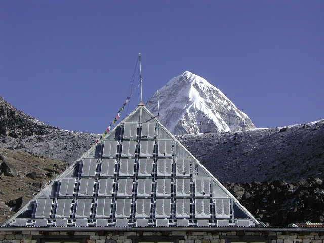 La Pyramide, installée à 5.049 mètres d'altitude, abrite un laboratoire. Derrière, le Pumori, bien connu des trekkeurs qui rendent visite à l'Everest. © Ev-K2-CNR