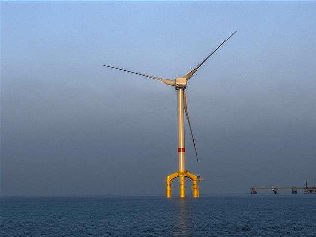 Les éoliennes en mer peuvent perturber les écosystèmes marins et il est nécessaire de réaliser des études d'impact avant d'en envisager la construction. La bouée Simeo a été conçue pour cela. &copy Perspective-OL, cc by nc nd 2.0