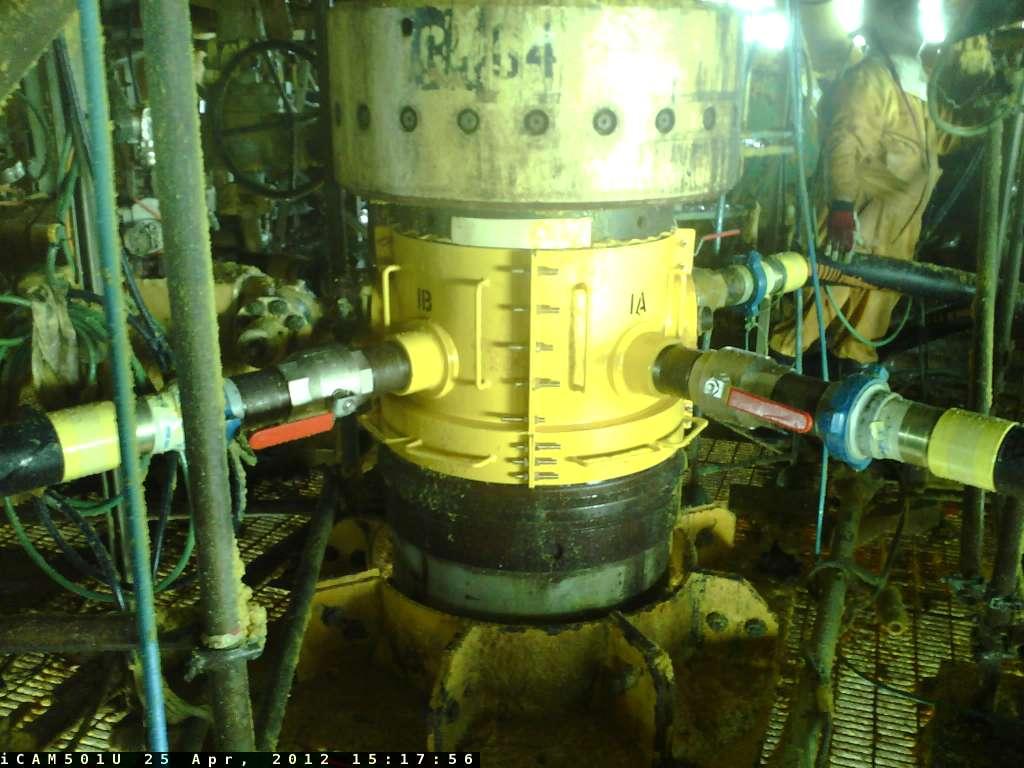 Un équipement essentiel a été mis en place sur le puits G4 : ce « déflecteur de gaz », fabriqué pour l'occasion, est installé sur le puits pour écarter le flux de gaz de la tête de puits et de la plateforme Elgin grâce à quatre tuyaux flexibles. En évitant l'accumulation de gaz dans la zone de travail autour de la tête du puits G4, ce dispositif renforce les conditions de sécurité lors des opérations d'intervention. © Total E&P UK Ltd