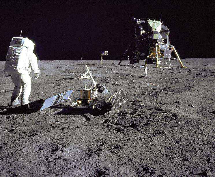 Buzz Aldrin marche à côté du sismomètre installé lors de la mission Apollo 11. Les données récoltées par cet instrument et par ceux des missions ultérieures ont fourni des informations essentielles sur la structure interne de la Lune. © Neil Armstrong, Nasa