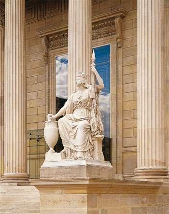 Le Suffrage universel, statue de Raymond Gayrard, érigée devant le porche monumental de la Cour d'honneur de l'Assemblée nationale. © Assemblée nationale - photo Laurent Lecat