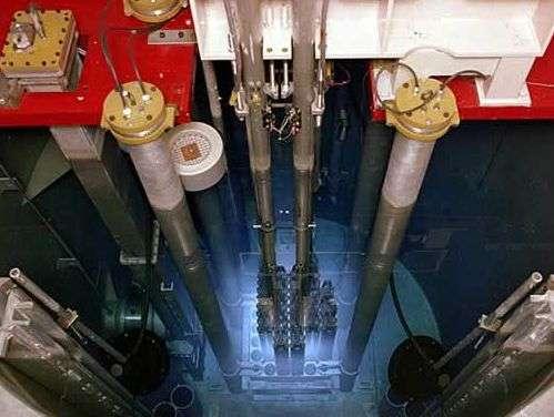 Effet Cerenkov autour d'un réacteur atomique plongé dans l'eau d'une piscine. Source : Triga research reactor