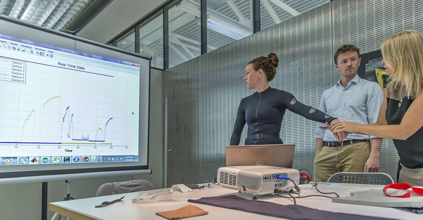 Cette sous-combinaison munie de capteurs, portée par la jeune femme, permettra de mesurer les pressions qui s'exercent sur les astronautes lorsqu'ils sont en activité extravéhiculaire. © Dainese