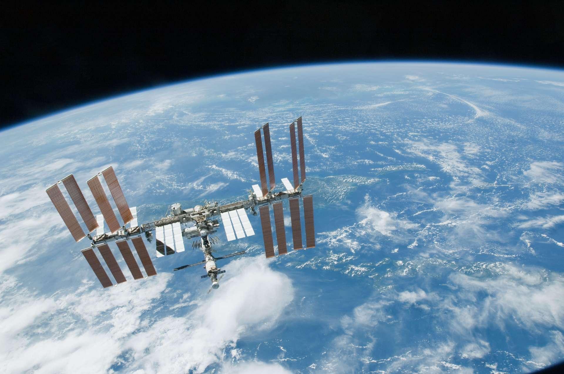 La Station spatiale internationale (ISS) survolant la Terre. © Nasa