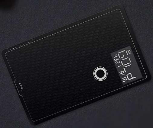 Coin est capable de regrouper jusqu'à huit cartes magnétiques différentes, qu'il s'agisse de cartes de paiement, de fidélité, ou d'un club. Il suffit de presser son unique bouton pour passer de l'une à l'autre. La sécurisation des transactions est assurée grâce à une liaison radio avec le smartphone du propriétaire de la carte. © Coin