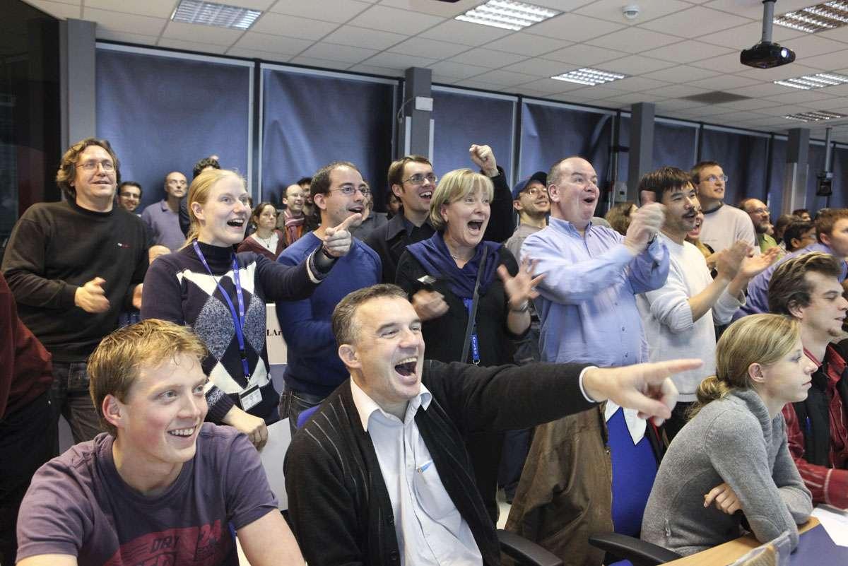 Dans la salle de contrôle d'Atlas, les chercheurs du Cern s'enthousiasment devant le bon fonctionnement de la machine. Crédit : Cern-Claudia Marcelloni
