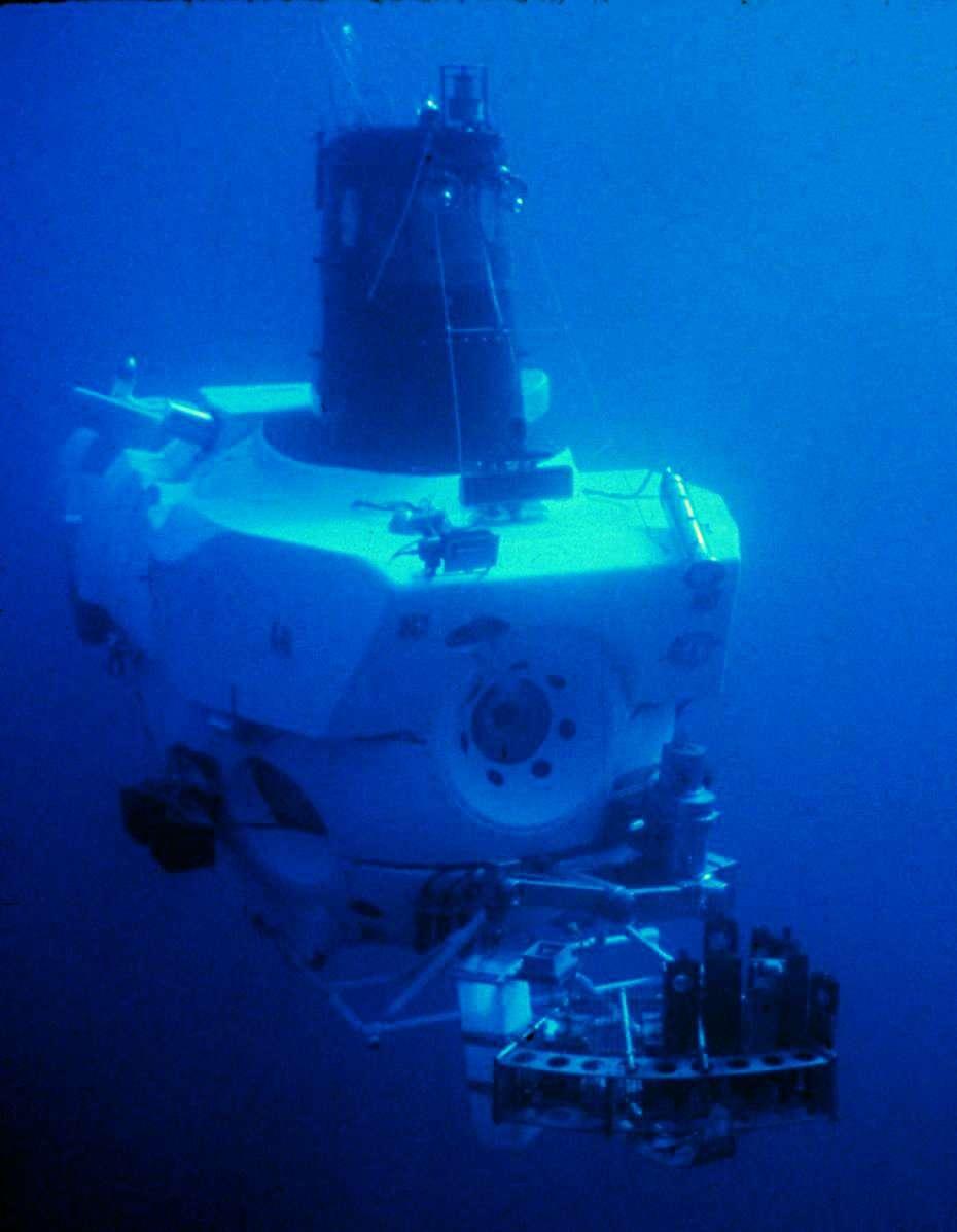 Le submersible Alvin a été le premier à explorer les fumeurs au fond de l'océan. En 1977, grâce à lui, les scientifiques découvraient que la vie est bien présente au niveau des fumeurs. © NOAA
