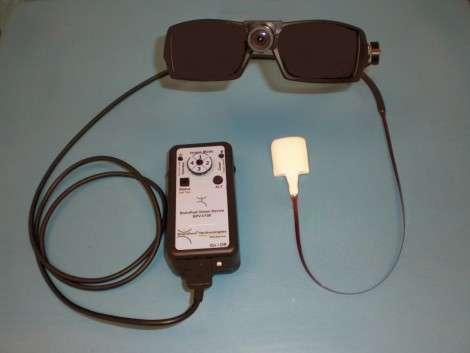 Le BrainPort, avec les lunettes portant la caméra, le système de contrôle et la sucette à placer sur la langue. ©BrainPort Vision Technology/DR