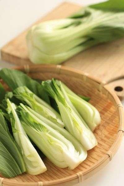 La consommation de légumes verts comme le bok choy contribue à la bonne santé du système immunitaire. © jreika/shutterstock.com